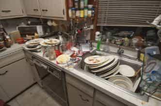 Грязная кухня много посуды