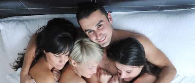 Мужчина с девушками