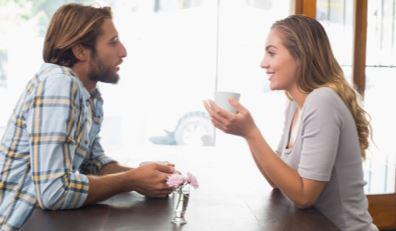 Пара разговаривает в кафе