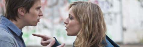 Девушка показывает пальцем на парня
