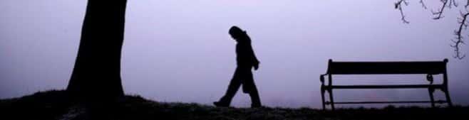 Человек идет в туманном месте