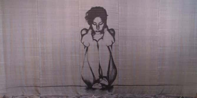 Ретрофлексия девушка сидит