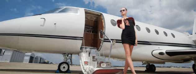 Девушка с частным самолетом