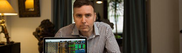 Торговец акциями с компьютером