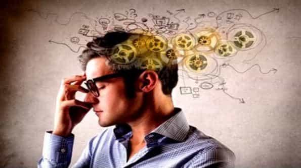 Мужчина думает и разные идеи появляются
