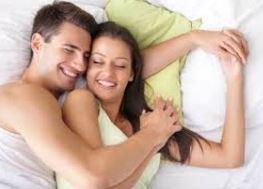 Пара в постеле обнимается